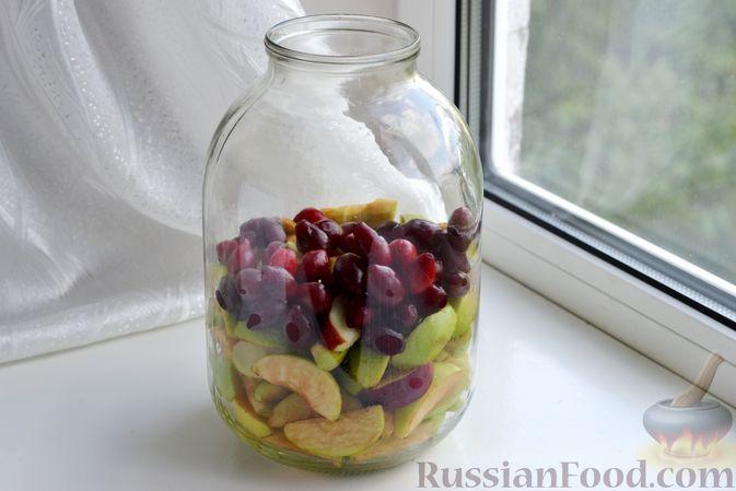 Фото приготовления рецепта: Компот из яблок и кизила (на зиму) - шаг №11