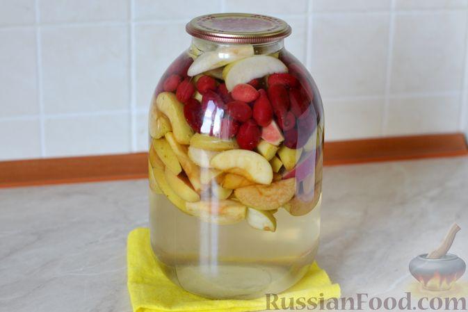 Фото приготовления рецепта: Компот из яблок и кизила (на зиму) - шаг №13