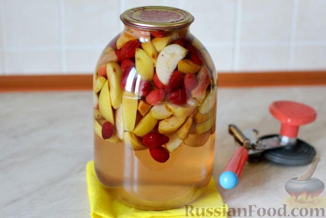 Фото приготовления рецепта: Компот из яблок и кизила (на зиму) - шаг №16