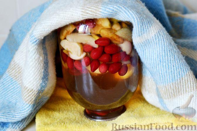 Фото приготовления рецепта: Компот из яблок и кизила (на зиму) - шаг №17