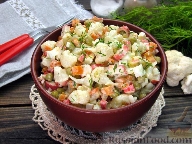 Фото к рецепту: Салат с цветной капустой, крабовыми палочками, морковью и горошком