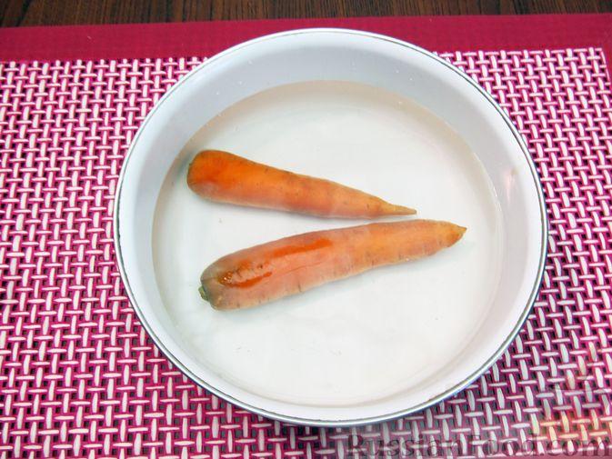 Фото приготовления рецепта: Салат с цветной капустой, крабовыми палочками, морковью и горошком - шаг №3