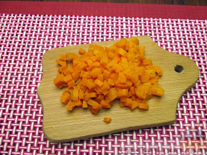 Фото приготовления рецепта: Салат с цветной капустой, крабовыми палочками, морковью и горошком - шаг №7