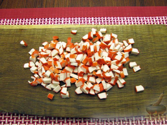 Фото приготовления рецепта: Салат с цветной капустой, крабовыми палочками, морковью и горошком - шаг №8