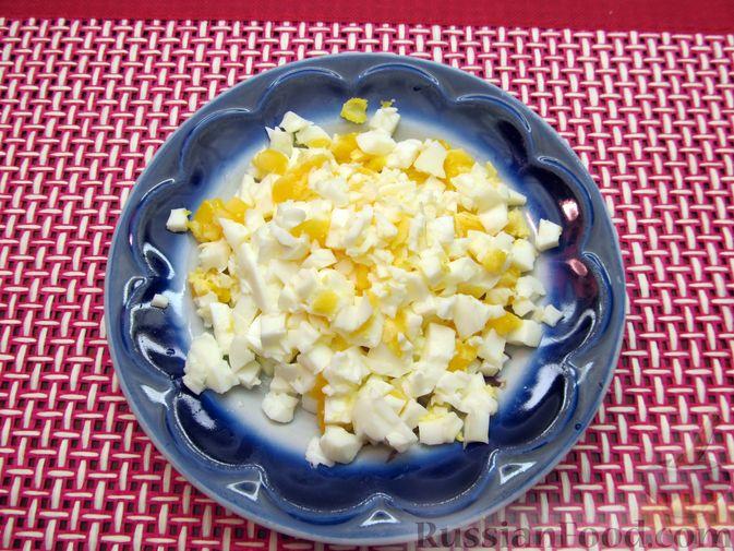 Фото приготовления рецепта: Салат с цветной капустой, крабовыми палочками, морковью и горошком - шаг №9
