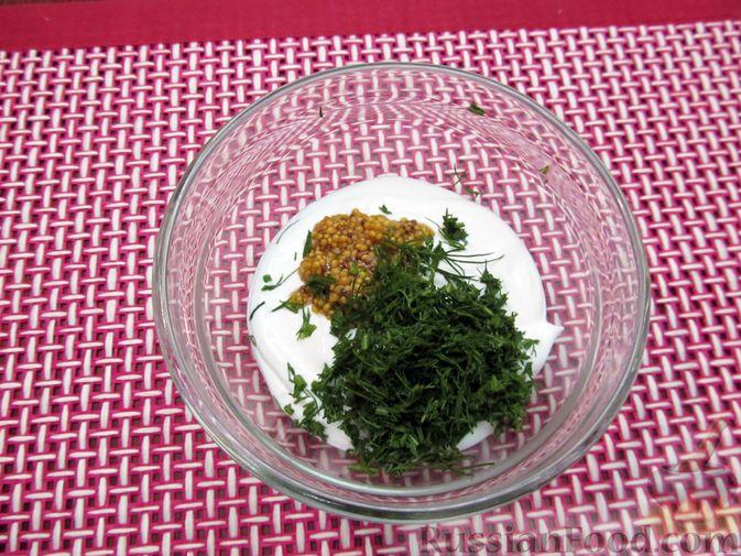Фото приготовления рецепта: Салат с цветной капустой, крабовыми палочками, морковью и горошком - шаг №11