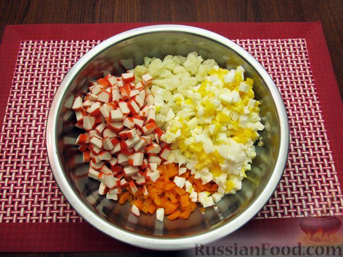 Фото приготовления рецепта: Салат с цветной капустой, крабовыми палочками, морковью и горошком - шаг №15