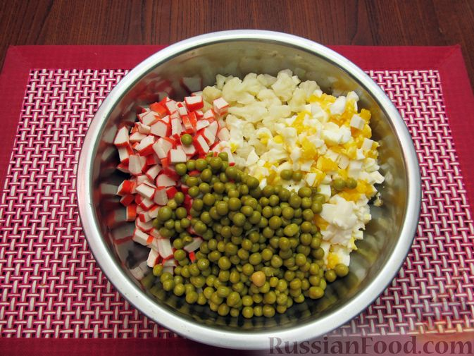 Фото приготовления рецепта: Салат с цветной капустой, крабовыми палочками, морковью и горошком - шаг №16