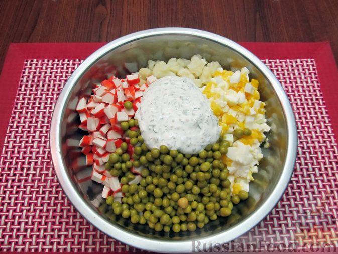 Фото приготовления рецепта: Салат с цветной капустой, крабовыми палочками, морковью и горошком - шаг №17