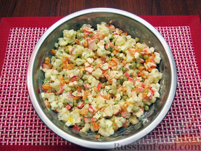 Фото приготовления рецепта: Салат с цветной капустой, крабовыми палочками, морковью и горошком - шаг №18