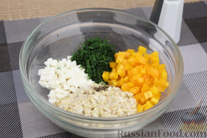 Фото приготовления рецепта: Овсяная каша с болгарским перцем, брынзой и зеленью - шаг №6
