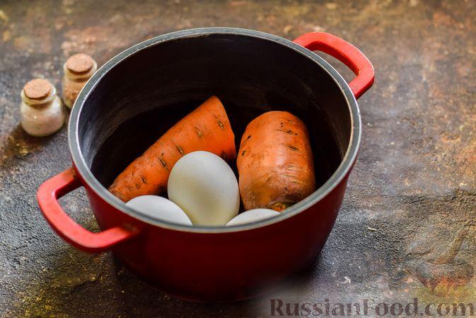 Фото приготовления рецепта: Салат с морковью, зелёным горошком и яйцами - шаг №2