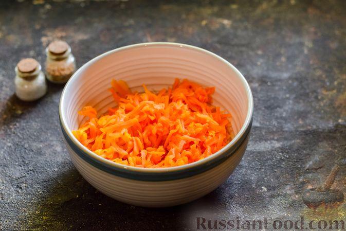 Фото приготовления рецепта: Салат с морковью, зелёным горошком и яйцами - шаг №3