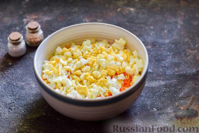 Фото приготовления рецепта: Салат с морковью, зелёным горошком и яйцами - шаг №4