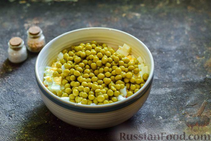 Фото приготовления рецепта: Салат с морковью, зелёным горошком и яйцами - шаг №5