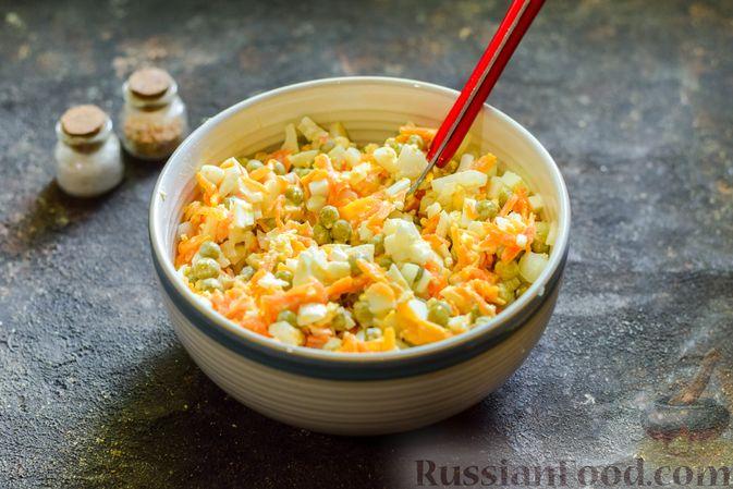 Фото приготовления рецепта: Салат с морковью, зелёным горошком и яйцами - шаг №7