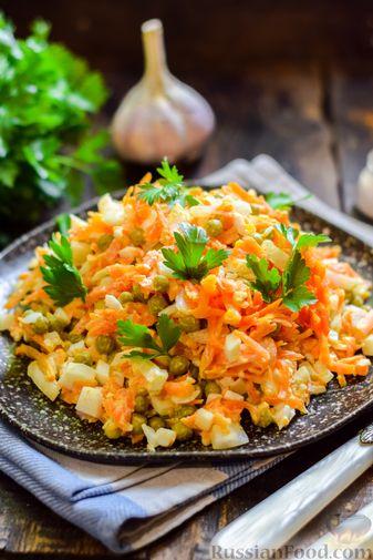 Фото приготовления рецепта: Салат с морковью, зелёным горошком и яйцами - шаг №8