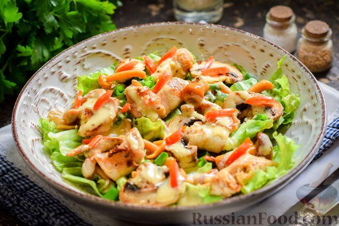 Фото к рецепту: Салат с курицей, маринованными опятами и жареными шампиньонами