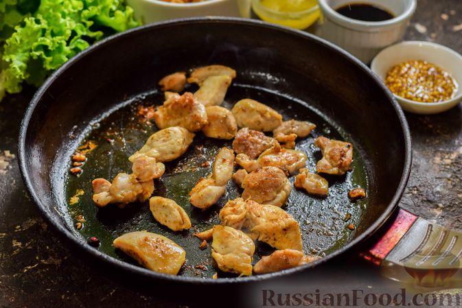 Фото приготовления рецепта: Салат с курицей, маринованными опятами и жареными шампиньонами - шаг №5