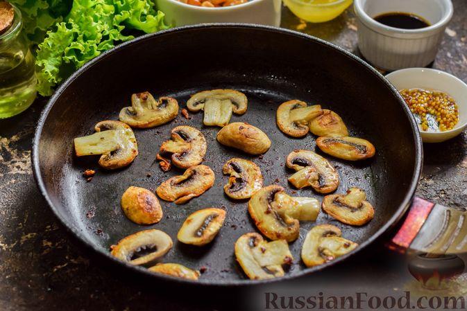 Фото приготовления рецепта: Салат с курицей, маринованными опятами и жареными шампиньонами - шаг №6