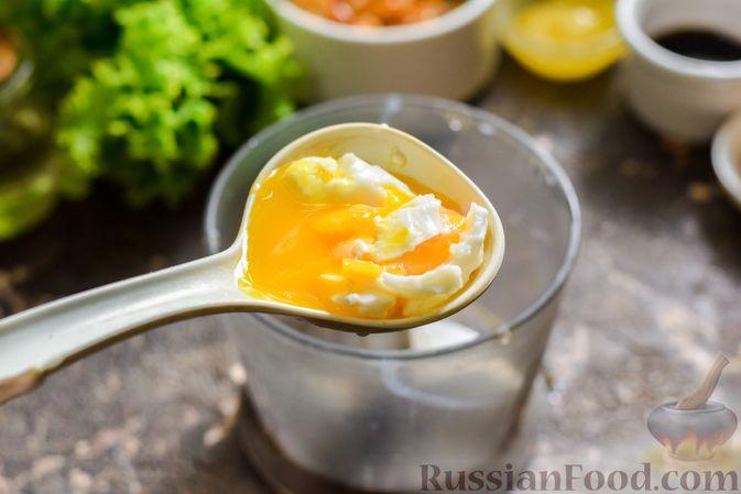 Фото приготовления рецепта: Салат с курицей, маринованными опятами и жареными шампиньонами - шаг №7