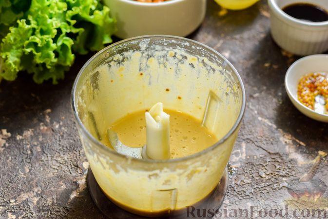 Фото приготовления рецепта: Салат с курицей, маринованными опятами и жареными шампиньонами - шаг №9
