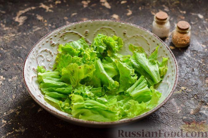 Фото приготовления рецепта: Салат с курицей, маринованными опятами и жареными шампиньонами - шаг №10