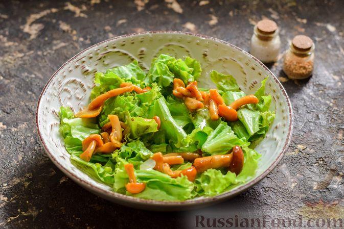 Фото приготовления рецепта: Салат с курицей, маринованными опятами и жареными шампиньонами - шаг №11