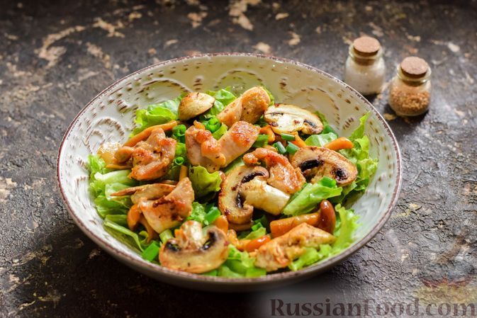Фото приготовления рецепта: Салат с курицей, маринованными опятами и жареными шампиньонами - шаг №12