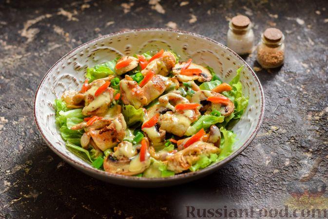 Фото приготовления рецепта: Салат с курицей, маринованными опятами и жареными шампиньонами - шаг №13