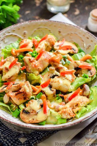 Фото приготовления рецепта: Салат с курицей, маринованными опятами и жареными шампиньонами - шаг №15