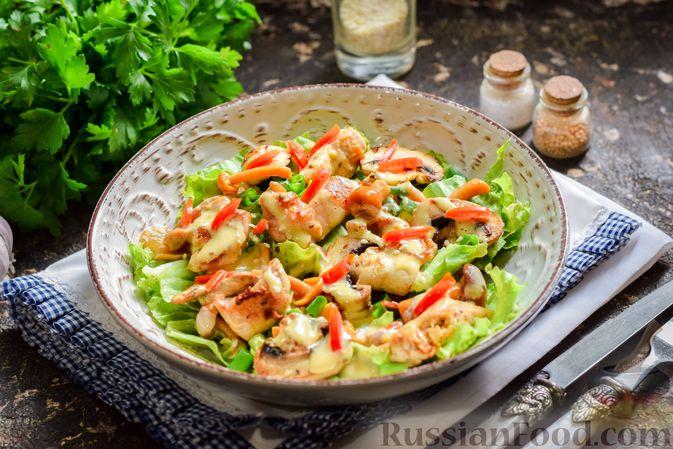 Фото приготовления рецепта: Салат с курицей, маринованными опятами и жареными шампиньонами - шаг №14