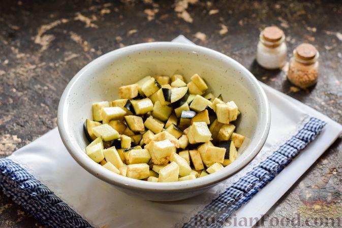 Фото приготовления рецепта: Капуста, тушенная с фаршем, баклажанами и помидорами - шаг №4