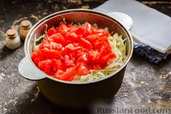 Фото приготовления рецепта: Капуста, тушенная с фаршем, баклажанами и помидорами - шаг №8