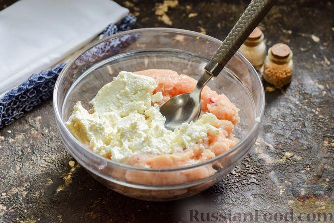 Фото приготовления рецепта: Куриные котлеты с творогом и яблоком - шаг №5