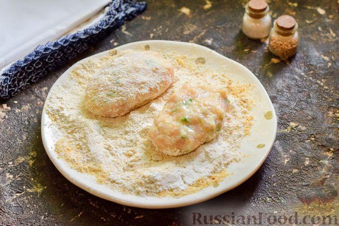 Фото приготовления рецепта: Куриные котлеты с творогом и яблоком - шаг №8