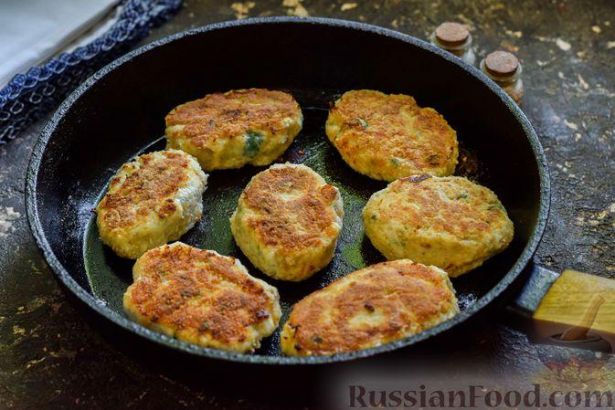 Фото приготовления рецепта: Куриные котлеты с творогом и яблоком - шаг №9