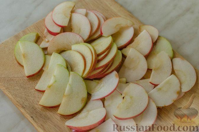 """Фото приготовления рецепта: Дрожжевые булочки """"Розочки"""" с яблоками - шаг №8"""