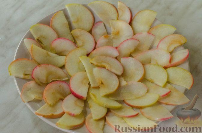 """Фото приготовления рецепта: Дрожжевые булочки """"Розочки"""" с яблоками - шаг №11"""