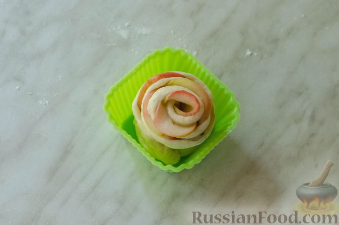 """Фото приготовления рецепта: Дрожжевые булочки """"Розочки"""" с яблоками - шаг №24"""