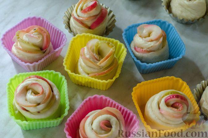 """Фото приготовления рецепта: Дрожжевые булочки """"Розочки"""" с яблоками - шаг №25"""