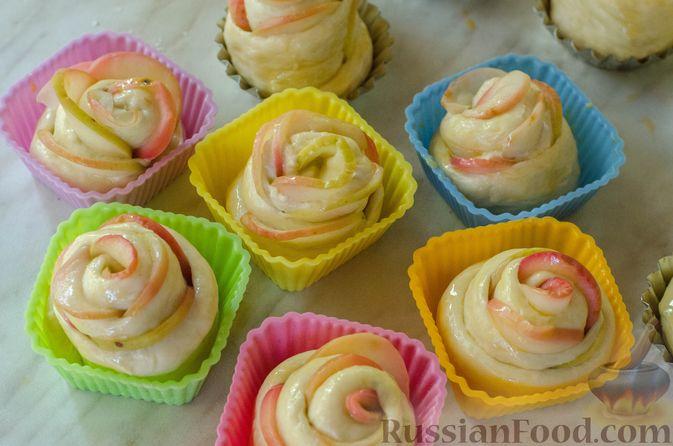 """Фото приготовления рецепта: Дрожжевые булочки """"Розочки"""" с яблоками - шаг №26"""