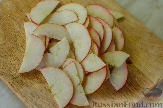 """Фото приготовления рецепта: Мясная """"гармошка"""", запечённая с яблоками и овощами - шаг №9"""