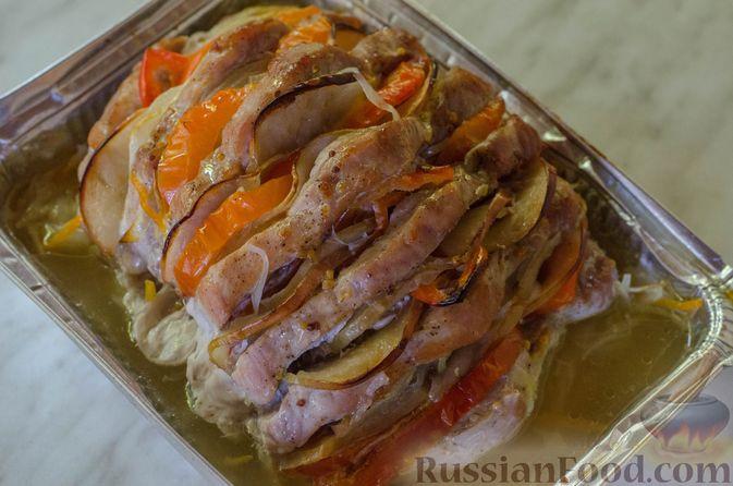 """Фото приготовления рецепта: Мясная """"гармошка"""", запечённая с яблоками и овощами - шаг №14"""