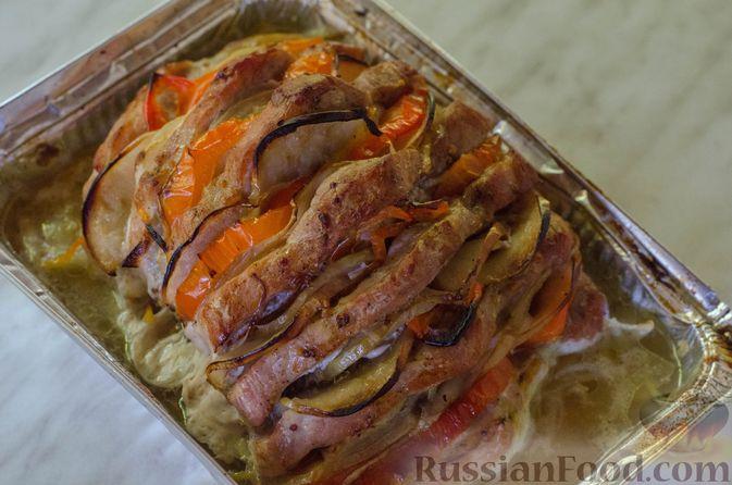 """Фото приготовления рецепта: Мясная """"гармошка"""", запечённая с яблоками и овощами - шаг №15"""