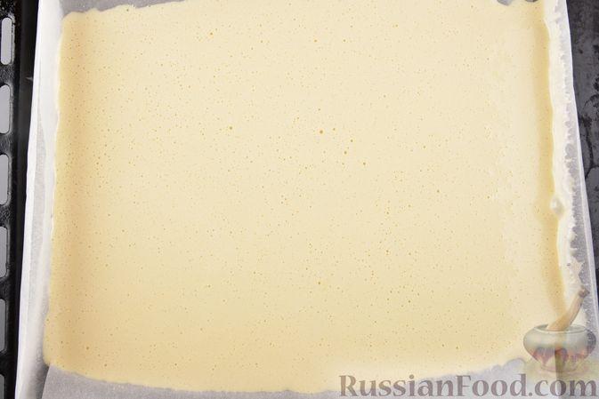 Фото приготовления рецепта: Двухцветный рулет с шоколадом - шаг №7