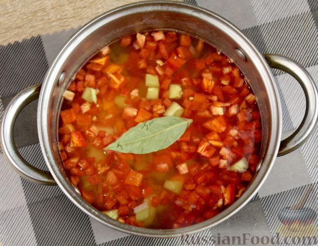 Фото приготовления рецепта: Куриный суп с манной крупой, помидорами и сладким перцем - шаг №7