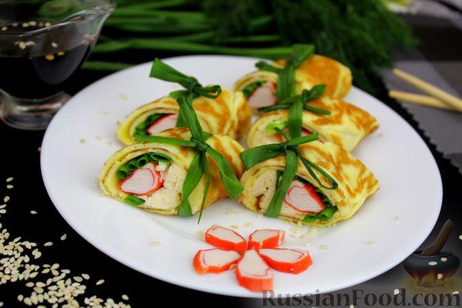 Фото к рецепту: Яичный рулет с крабовыми палочками, сыром и зелёным луком