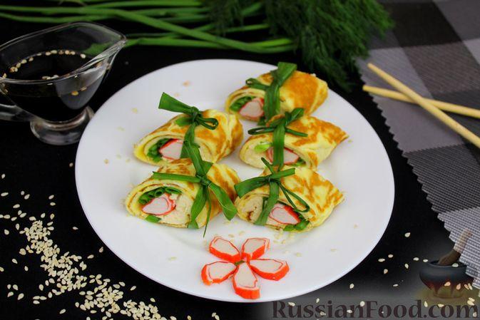 Фото приготовления рецепта: Яичный рулет с крабовыми палочками, сыром и зелёным луком - шаг №11