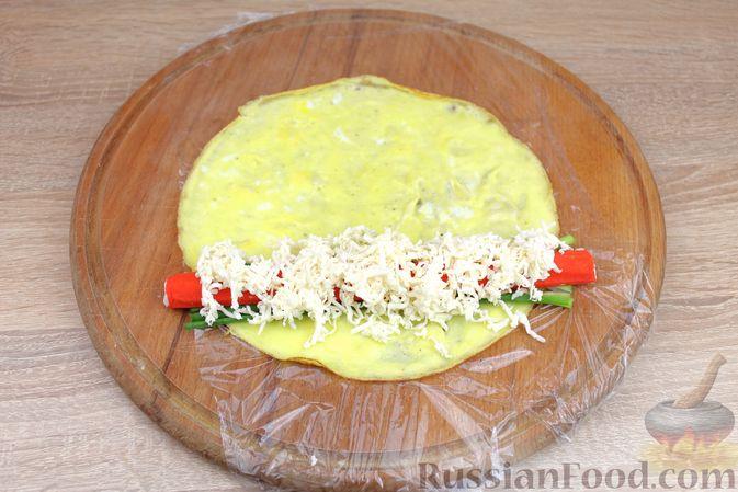 Фото приготовления рецепта: Яичный рулет с крабовыми палочками, сыром и зелёным луком - шаг №7